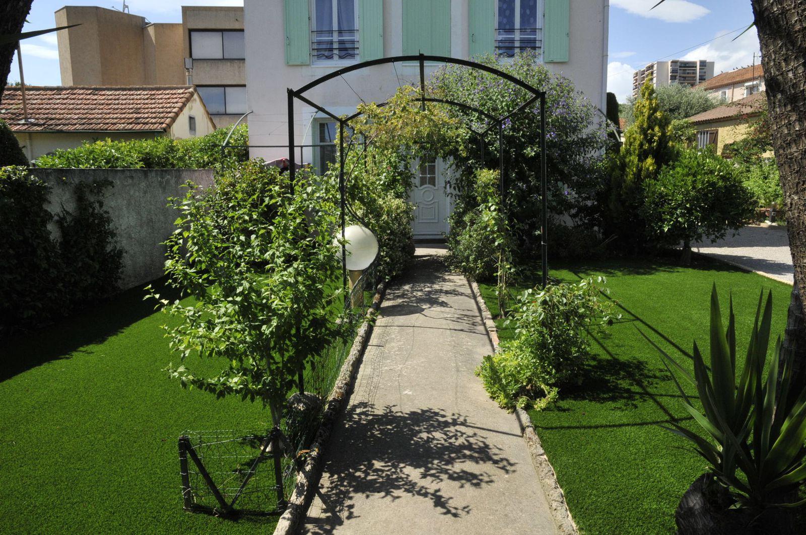 Installation d 39 un gazon synth tique dans un petit jardin for Jardin sans pelouse