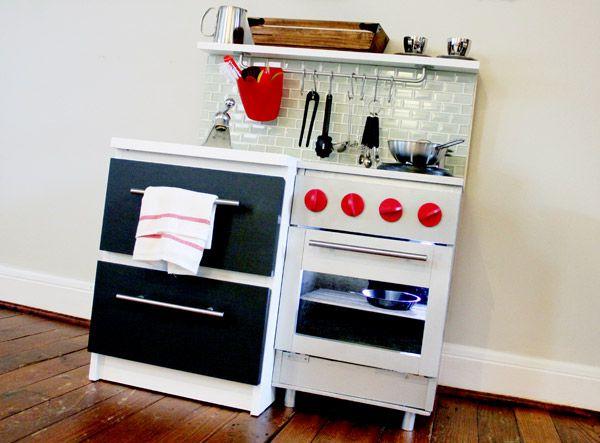Diy cr er du mobilier jouets pour les enfants for Cuisine en bois pour enfant ikea