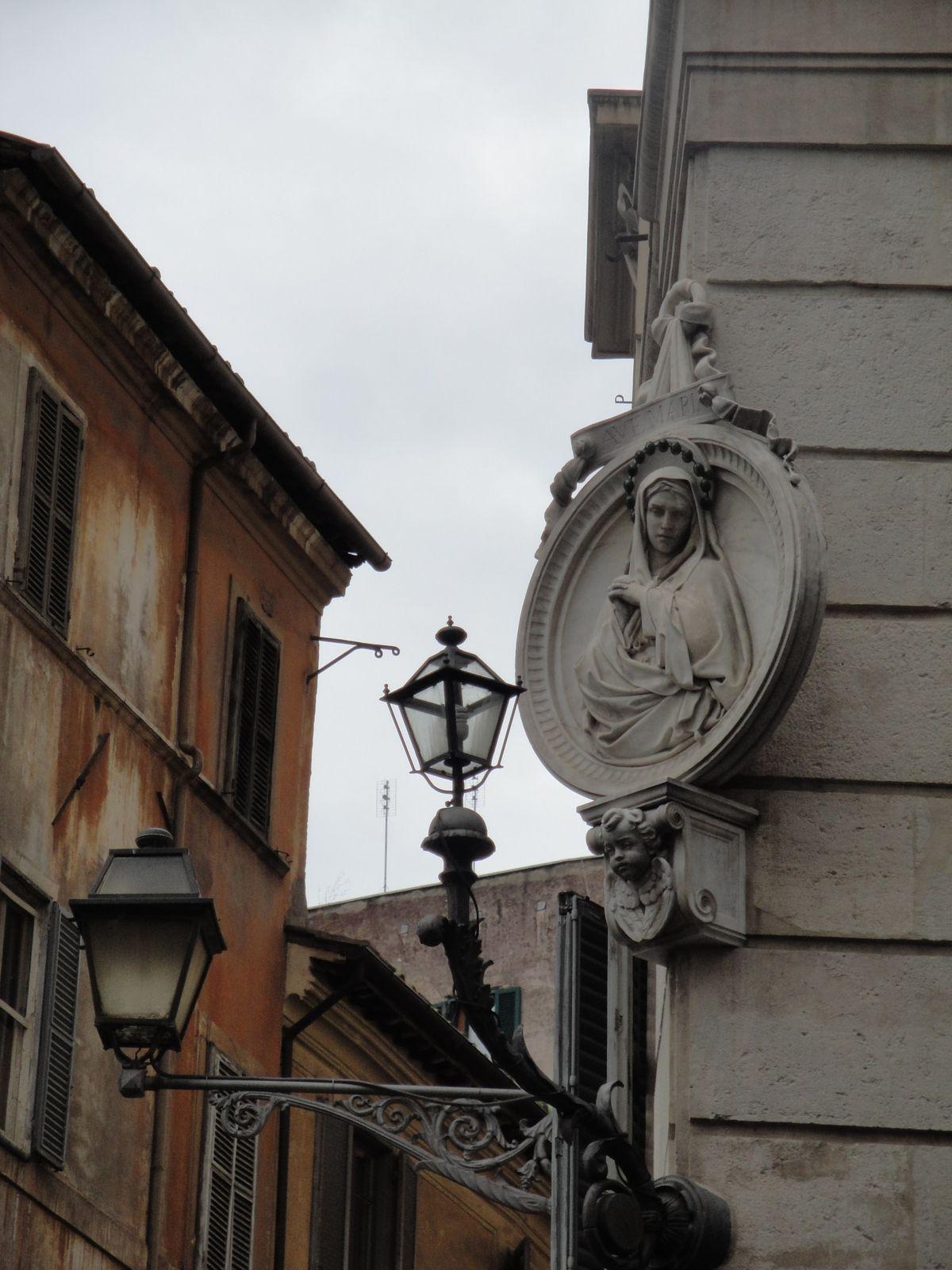 Les 'madonelle' sont ces figures de la Ste Vierge, sur les murs des villes italiennes (Bien qu'il y en ait en Espagne et dans le sud de la France aussi)