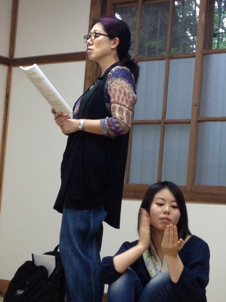Photographie de Messieurs TAWATA Shintaryô et OKAMURA Shôtarô. Suite à la représentation de La belle Parleuse à l'Université Gakushuin, un atelier de Pratique théâtrale s'est déroulé avec la brillante et enthousiaste participation des étu