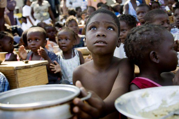 haiti-3-a-child-awaits-for-the-distribution-of-meals-by-wfp.jpg