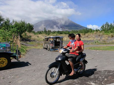091228-06-mayon-volcano-residents AP B.Marquez