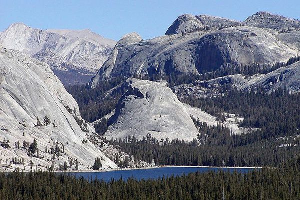 800px-Tenaya_Lake_and_Pywiack_Dome--Stan-Shebs.jpg