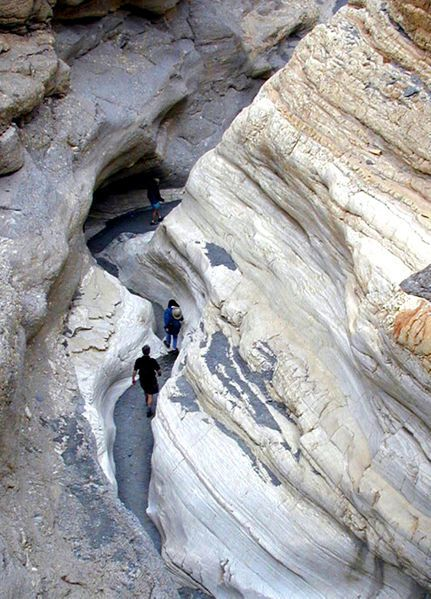 Death-valley---Mosaic_Canyon_narrows---Howcheng.jpg