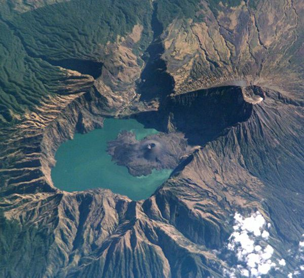 Rinjani----2002-Nasa-space-shuttle-ISS005-E-15296.jpg