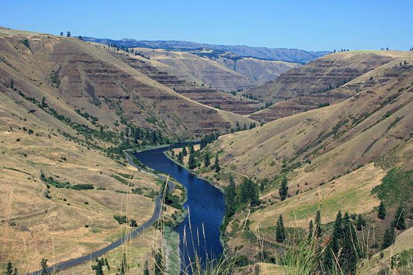 800px-Grande_Ronde_River_and_Grande_Ronde_Basalt_--Williamb.jpg