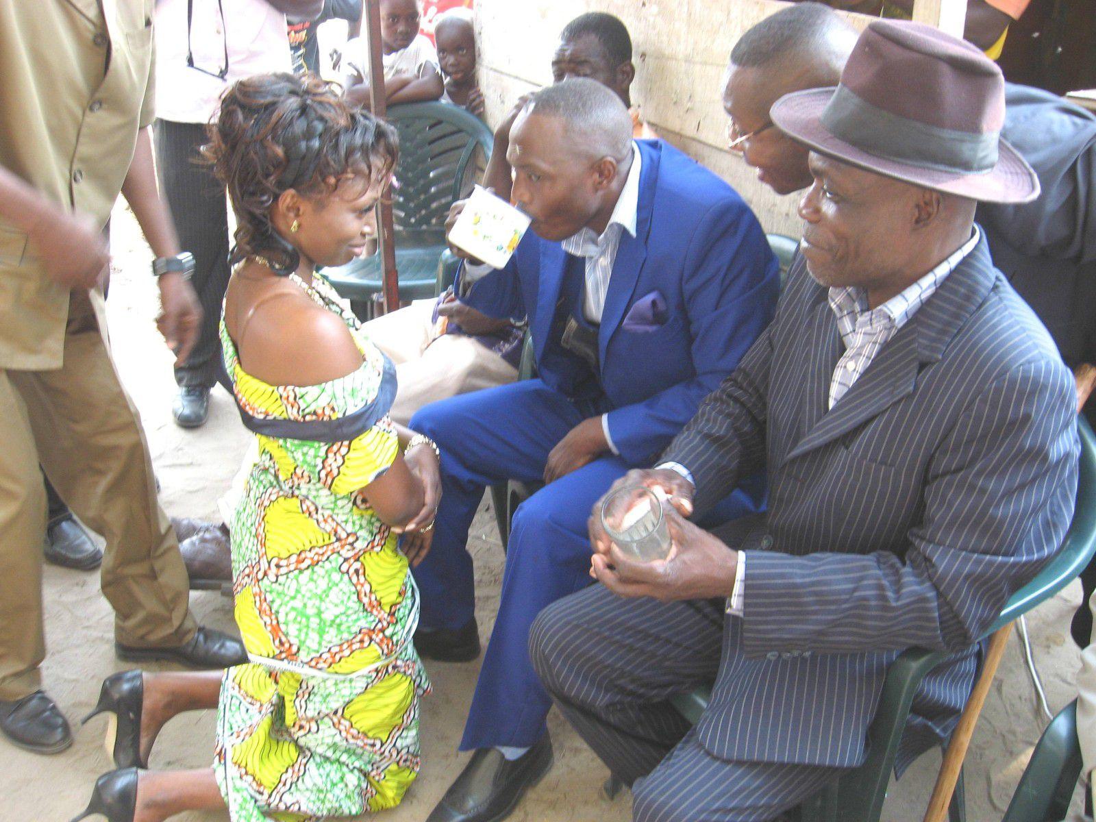 Voici en exemple, le mariage coutumier de Derrick Fortuné KOUNKOU KIBOUILOU  et de Rhode SAMBA à Pointe Noire.