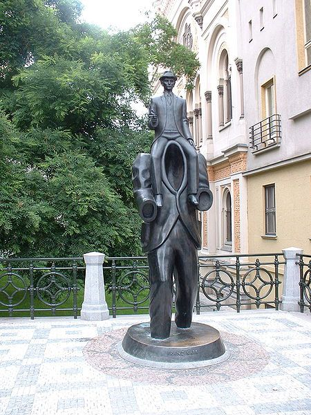 Kafka-Effigie-en-bronze-Prague.jpg