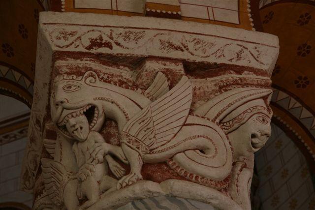 Chauvigny : chapiteau sculpté