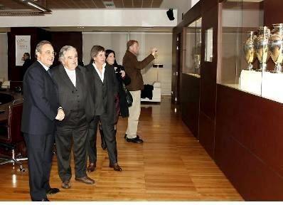 Mujica-Paco-Casal-Perez-en-Bernabeu.jpg
