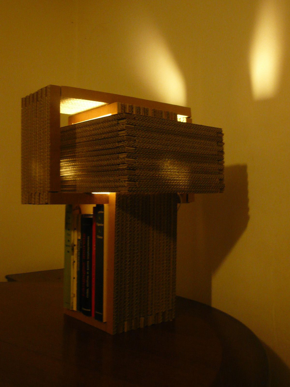 lampe de chevet vhs luminaires en carton. Black Bedroom Furniture Sets. Home Design Ideas
