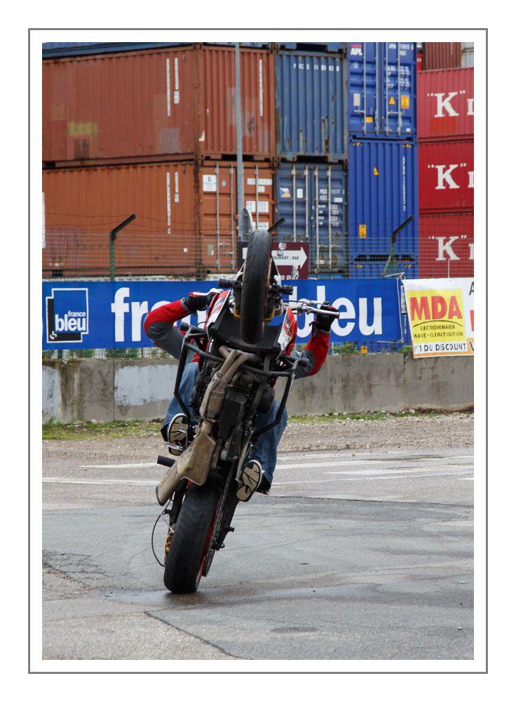 Le-motard acrobate