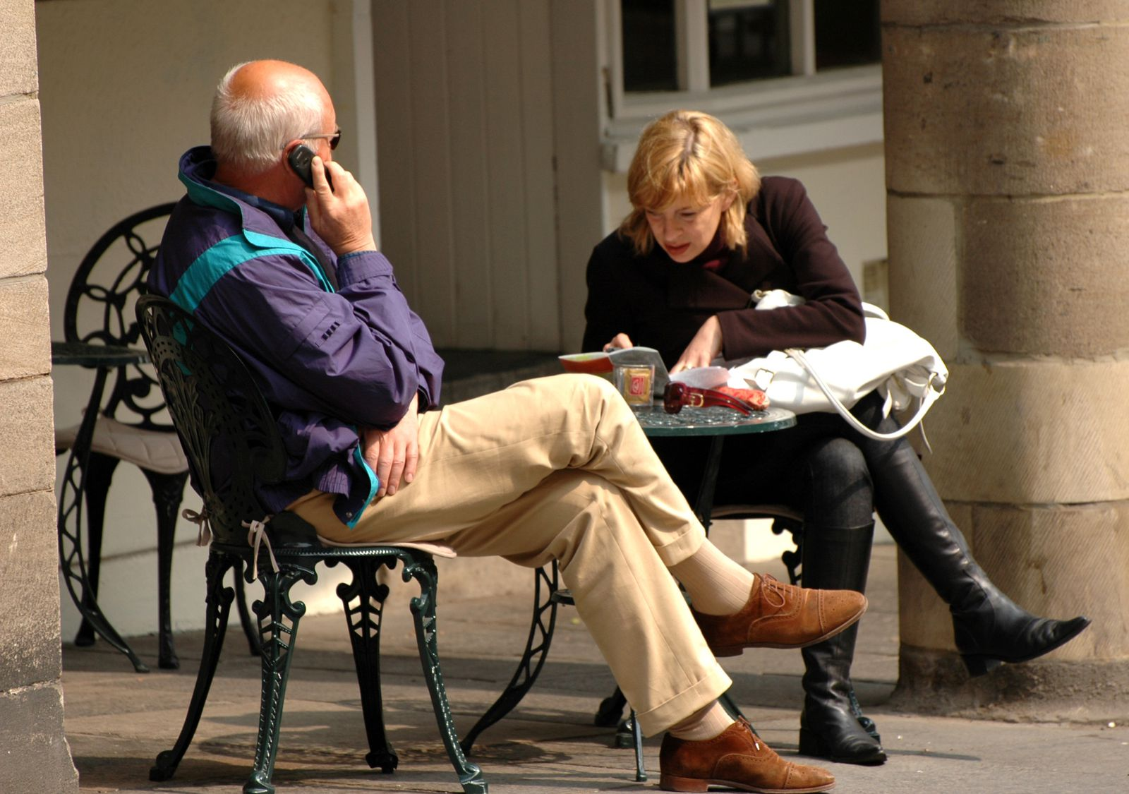 couple terrasse telephone
