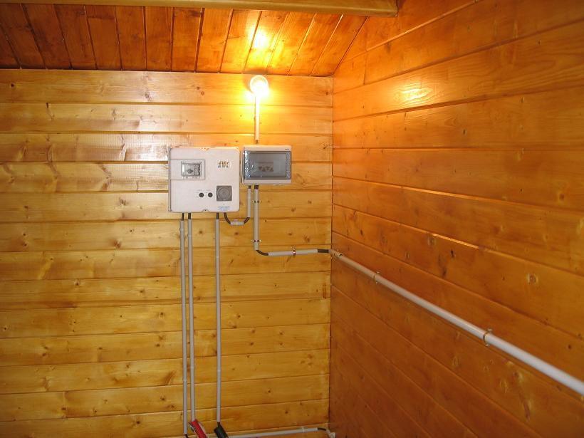 Electricité Suite Et Peinture Sur L Abri Piscine En Blocs