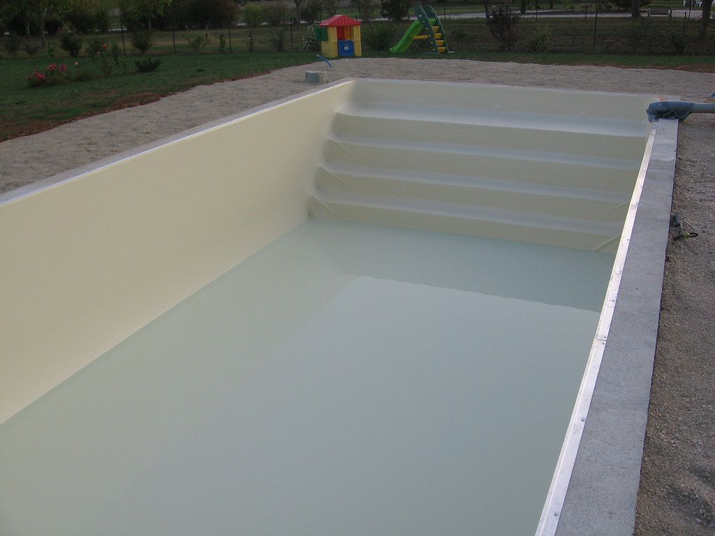 Pose du liner piscine en blocs poly terrasse en bois for Aspirateur piscine liner