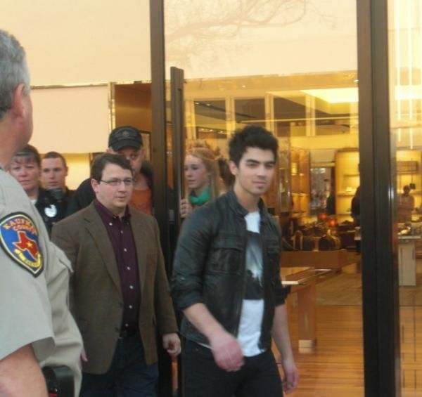 jonas-brothers-northpark-shoppers (7)