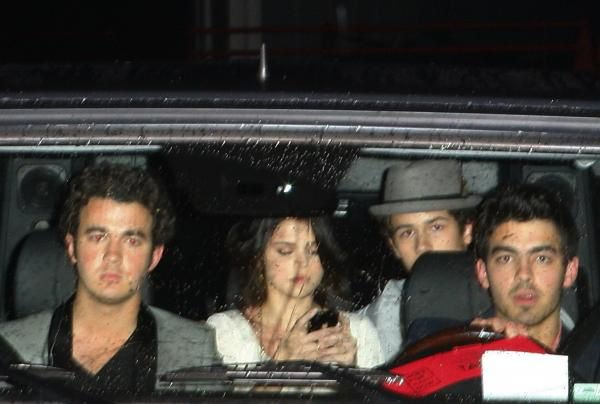 nick-jonas-selena-gomez-backseat.JPG