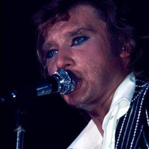 1977-Palais-des-Sports--Johnny-Hallyday-Story--Costume-noir.jpg