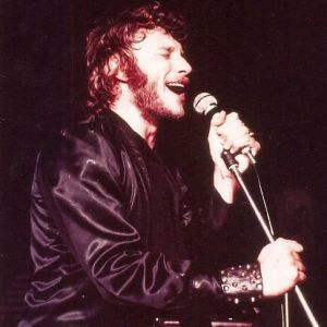 Costume-en-satin-noir-Johnny-Hallyday-Tournee-1970.jpg