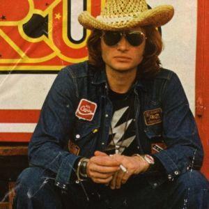Jean--veste-en-jean-et-T-shirt-noir-Johnny-Circus-1972.jpg