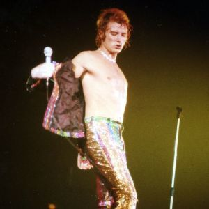 Torse nu et pantalon multicolore Johnny Hallyday Tournée P