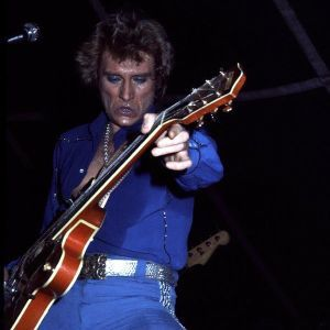 johnny-en-1978-Chemise-bleue-copie-1.jpg