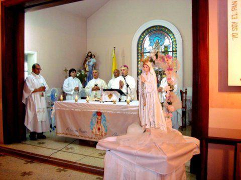 Junto-al-altar-en-el-cincuentenario-del-templo.JPG