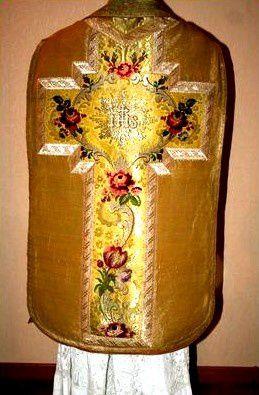 chasuble brodé or et fleurs vêtements liturgiques