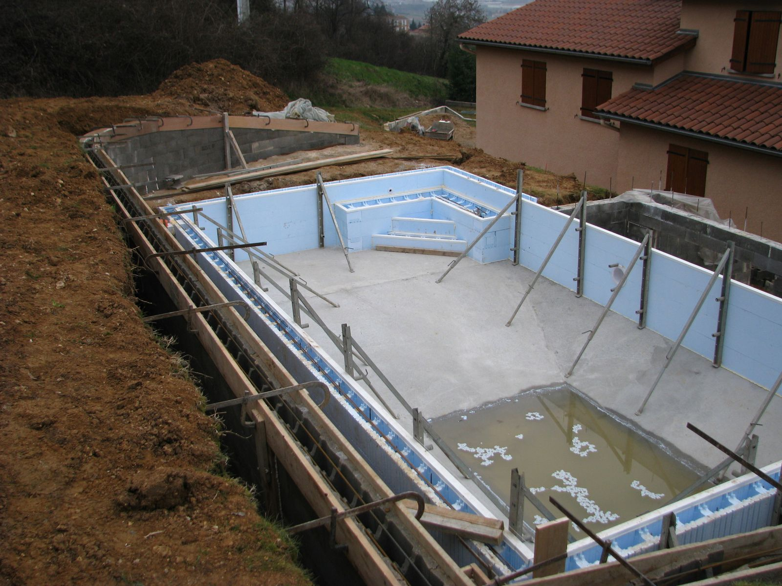 Le mur de sout nement l 39 arri re de la piscine le blog for Construction piscine sur terrain non constructible