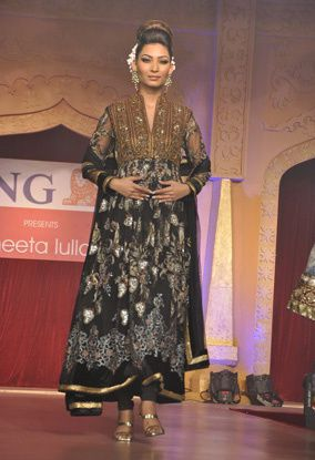 B-wood-style-at-Neeta-Lulla-s-show--13.jpg