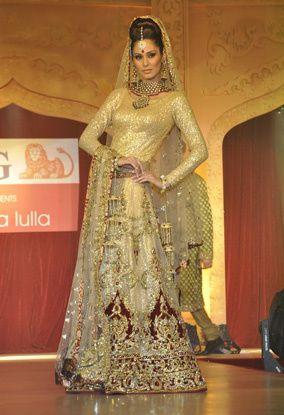 B-wood-style-at-Neeta-Lulla-s-show--15.jpg