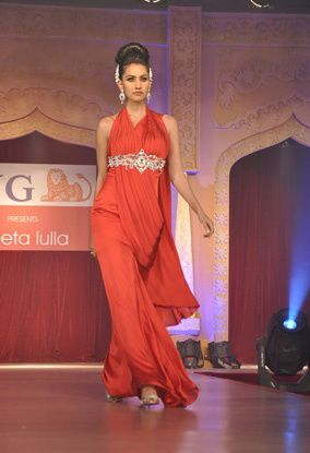 B-wood-style-at-Neeta-Lulla-s-show--8.jpg
