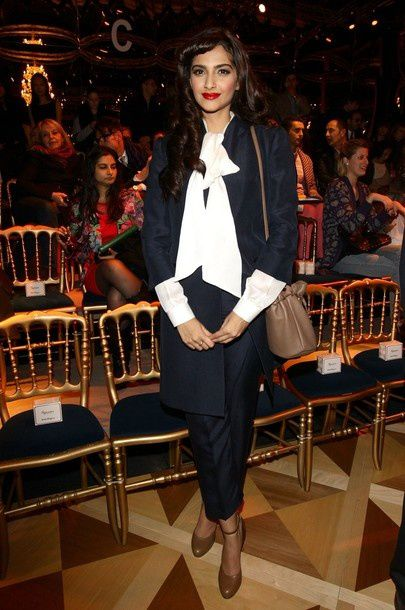 Sonam-Kapoor-continue-son-fashion-voyage---Ferraga-copie-1.jpg