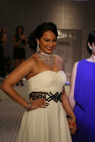 Sonakshi_Sinha_7Oct2010A-queenie-2.JPG