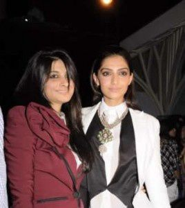 Sonam-and-Rhea-Kapoor-at-Lakme-fashion-week-2011---4.jpg