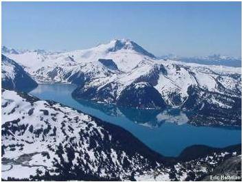 Vue-d-une-riviere-entre-deux-montagnes.JPG