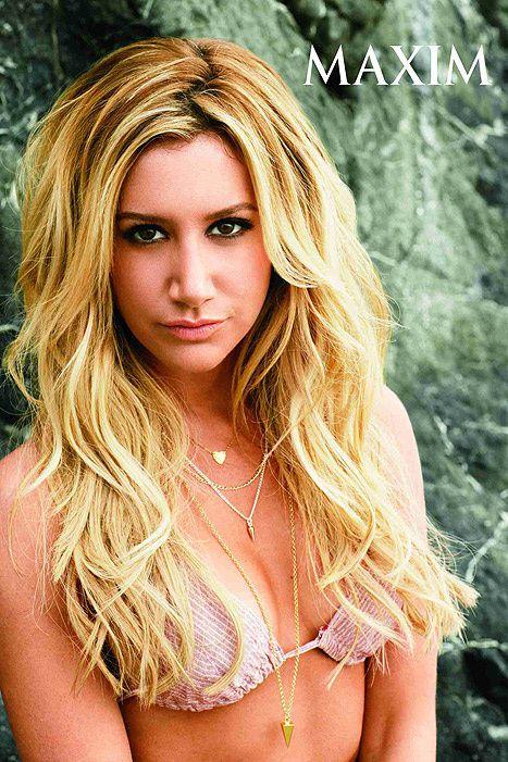 Ashley Tisdale pose seins nus.