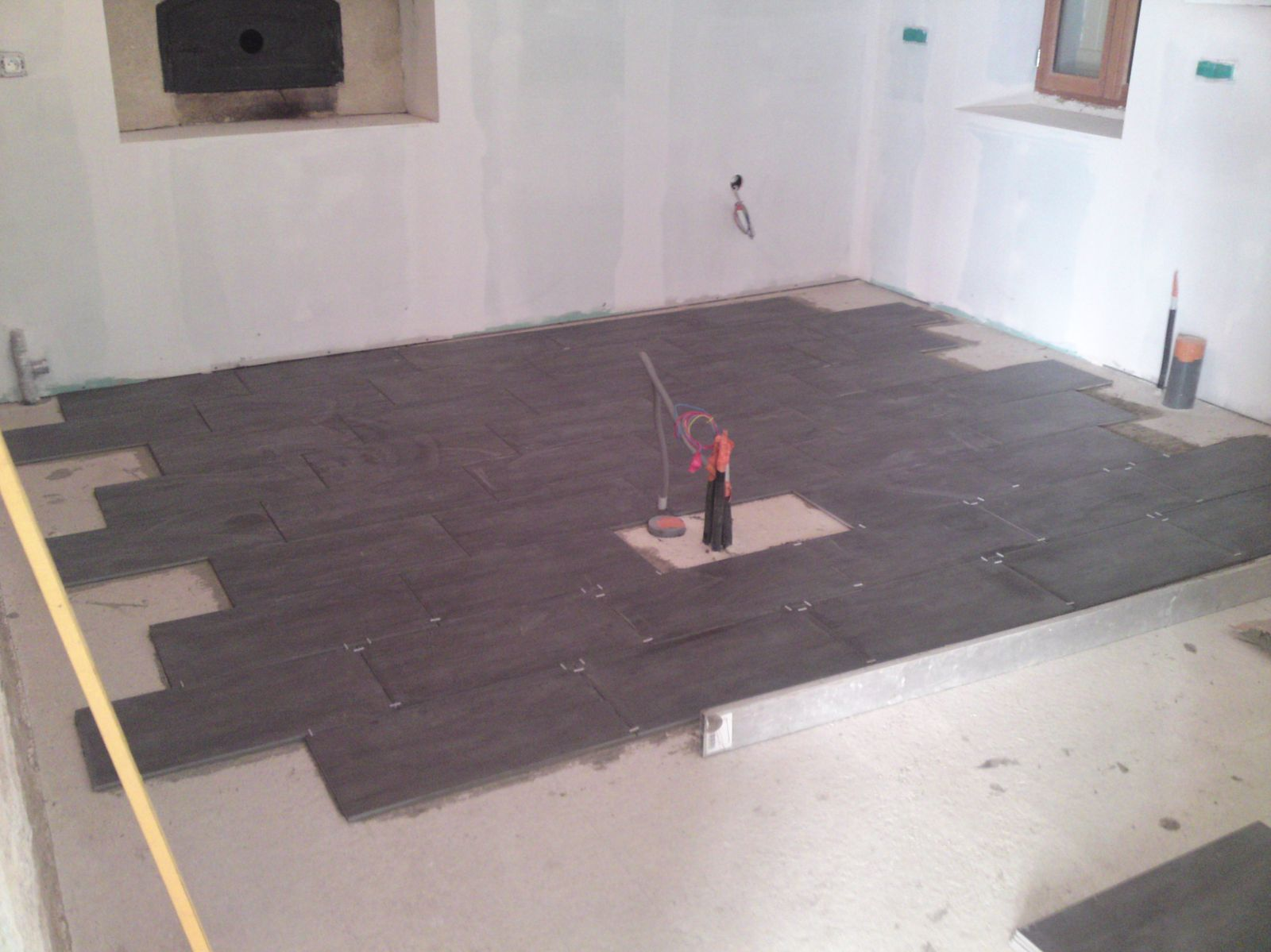 Pose du carrelage cuisine salon renovation d 39 une for Carrelage pour salon