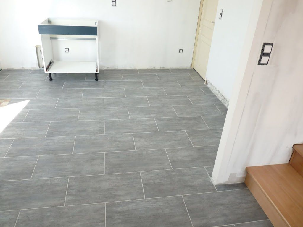 Carrelage salon cuisine couloir et wc renovation d 39 une for Carrelage wc gris