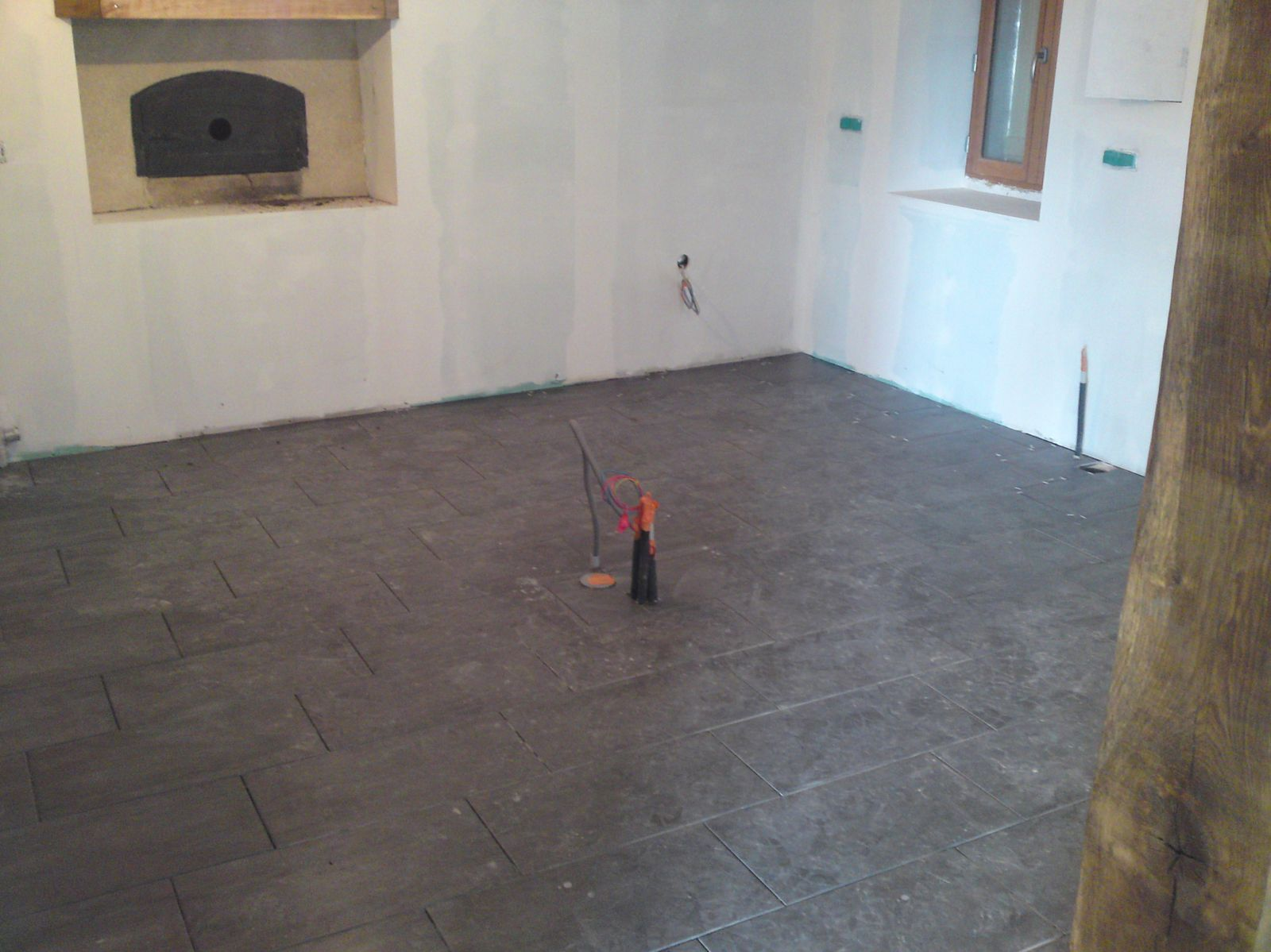 Fin de la pose du carrelage renovation d 39 une fermette en for Poser du carrelage