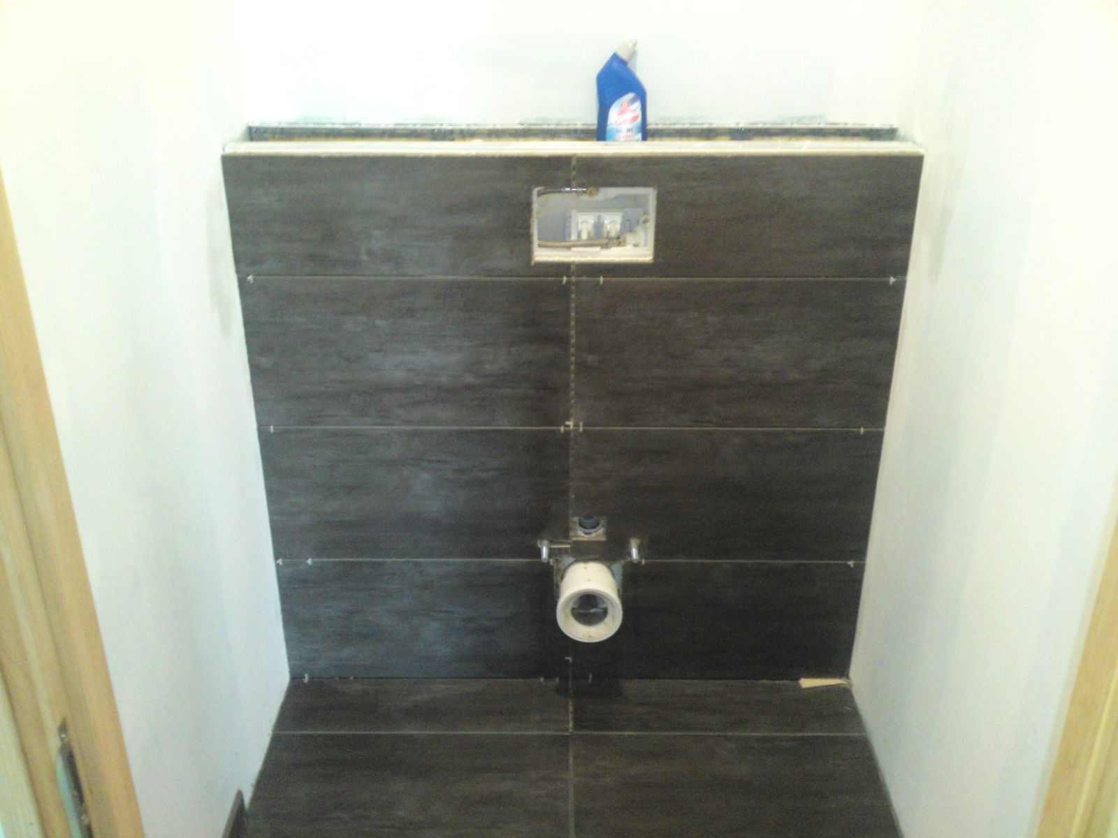 Pose des plinthes renovation d 39 une fermette en bourgogne for Carrelage sol wc