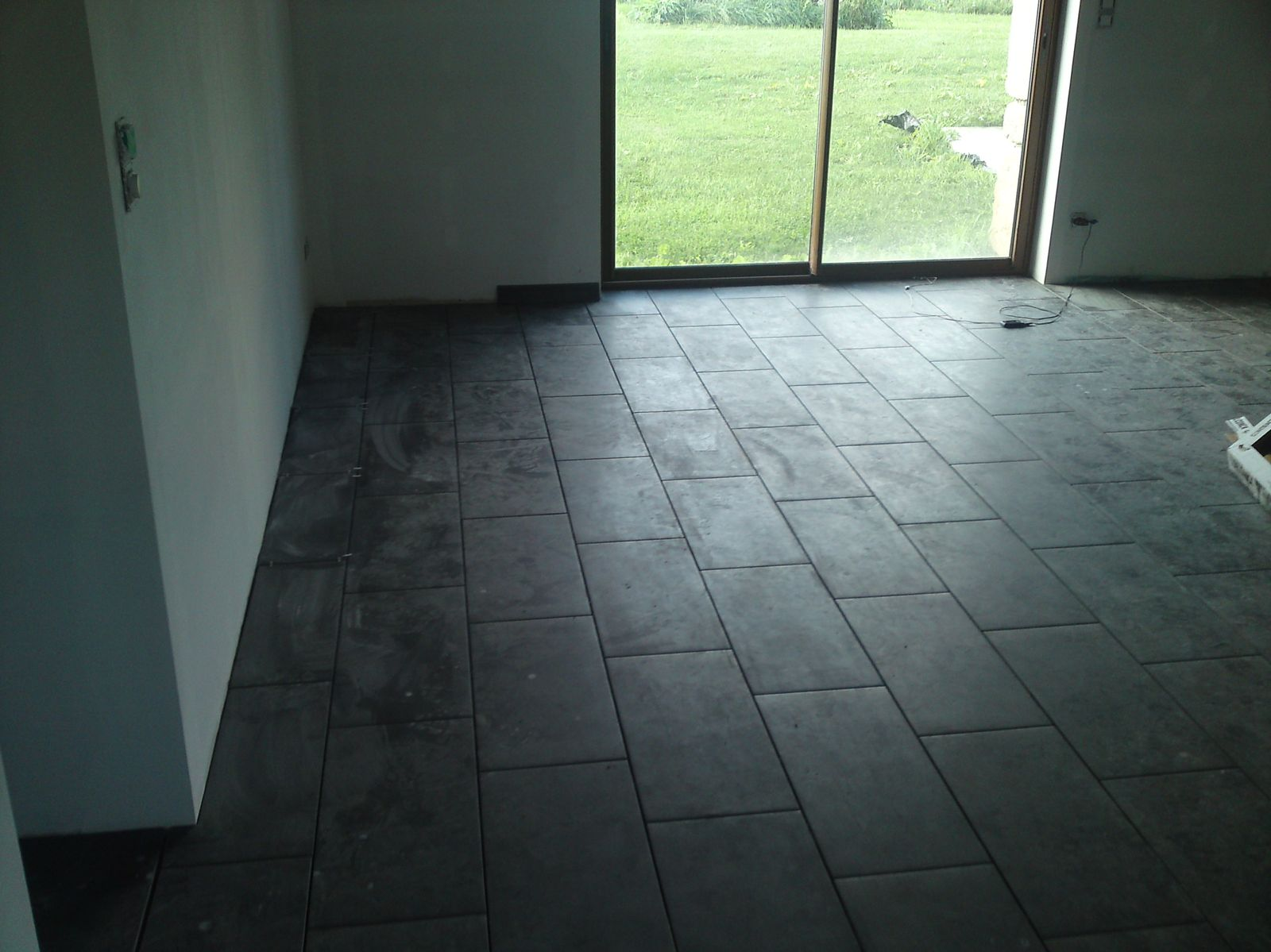 Fin de la pose du carrelage renovation d 39 une fermette en for Pose scellee carrelage