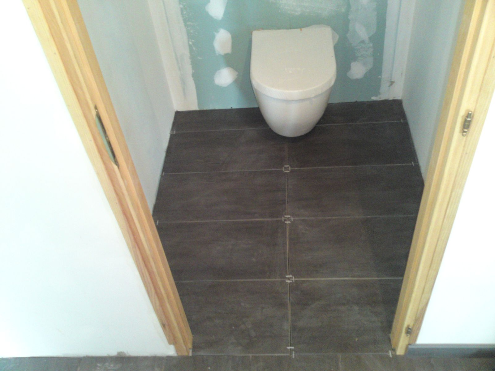 Fin de la pose du carrelage renovation d 39 une fermette en for Faience pour wc