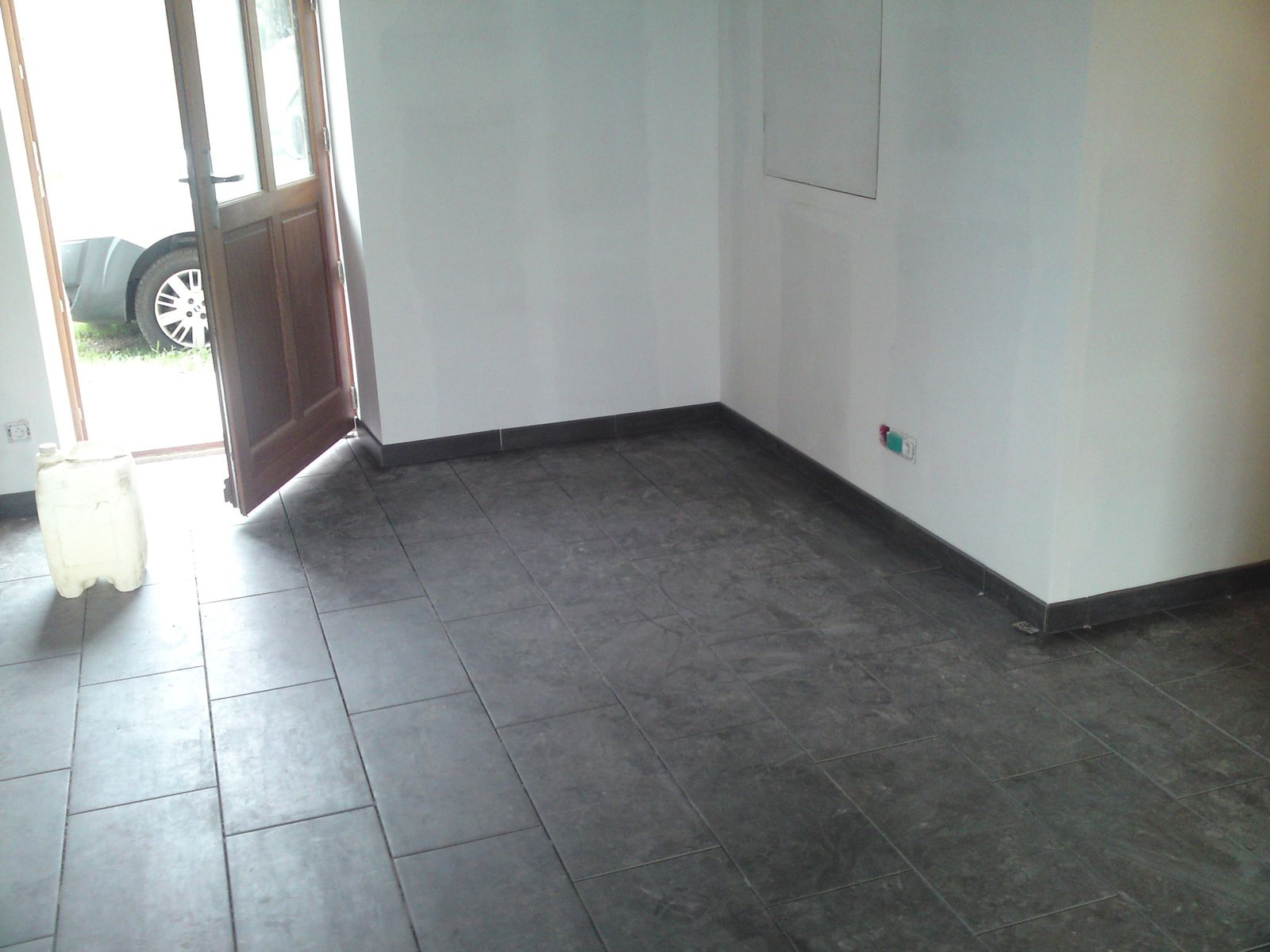 Pose des plinthes renovation d 39 une fermette en bourgogne for Joint entre carrelage et plinthe
