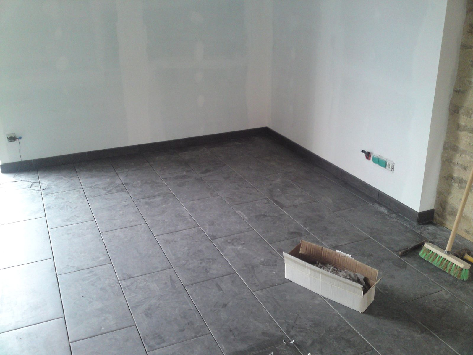 Pose des plinthes renovation d 39 une fermette en bourgogne for Pose plinthe cuisine