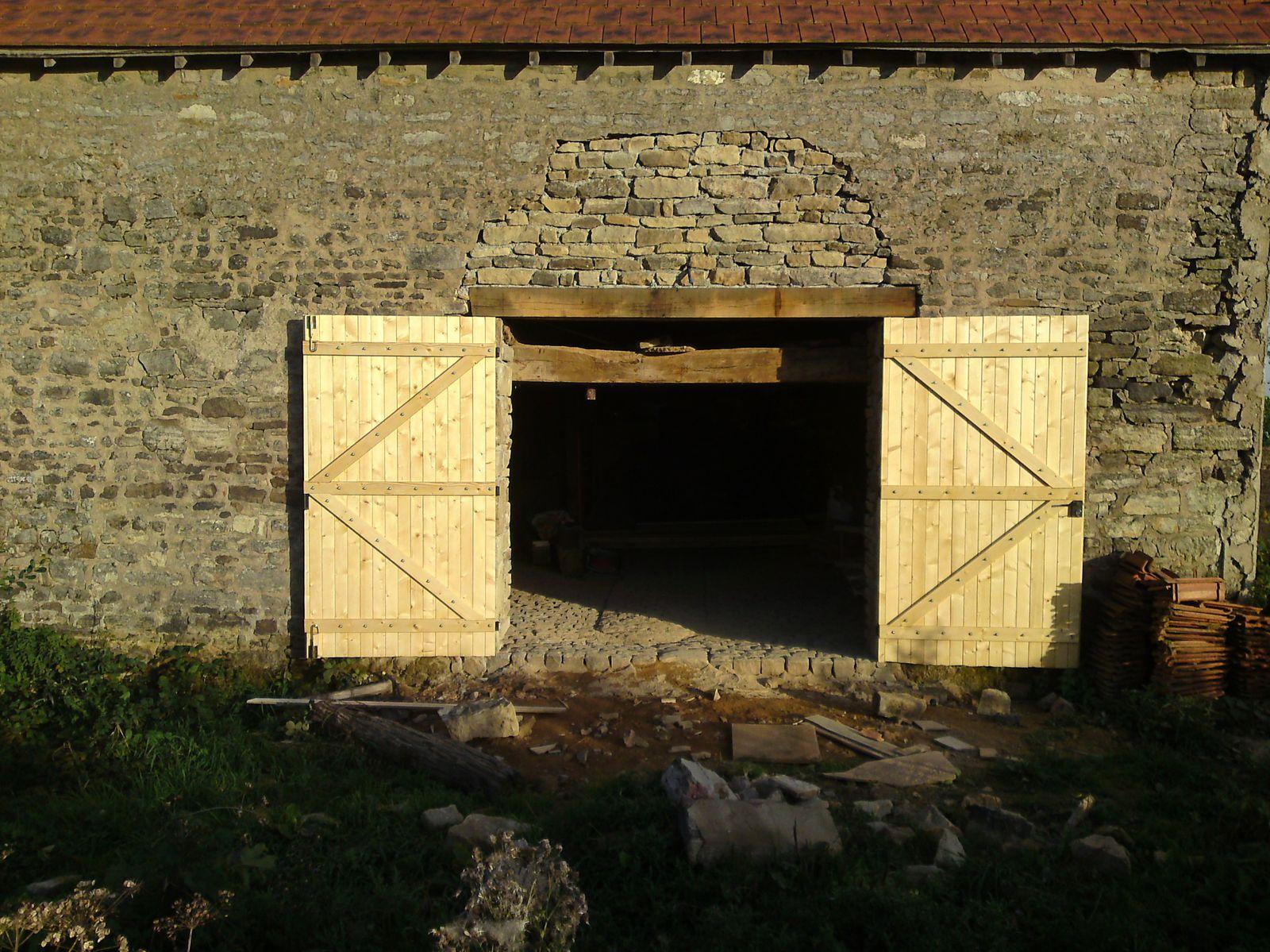 Pose porte de garage renovation d 39 une fermette en bourgogne for Garage ouvert autour de moi