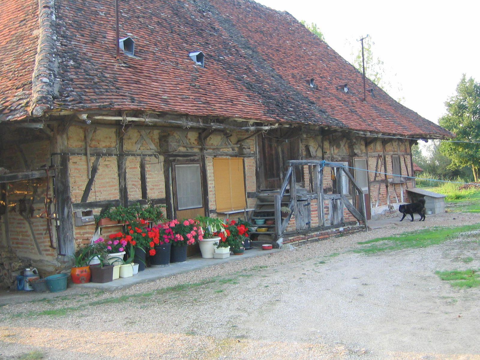 Les pages suivantes montrent les différentes sortes de maisons anciennes de la bresse à lexception des chaumières modestes qui ont toutes disparu