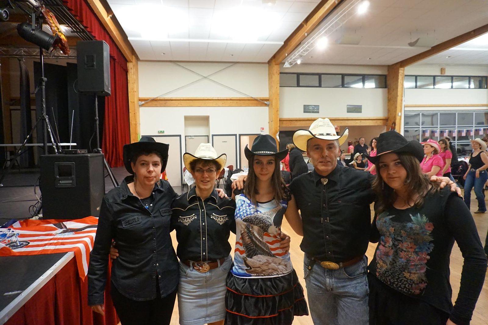 Très belle soirée country à Varennes-Changy, animé par Magali de l'OAC Country de Chevillon sur Huillard, belle organisation des Parents d'Eleves de Chailly en Gâtinais et de Thimory, merci a tous.