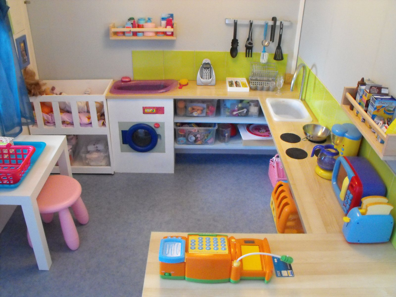Amenagements divers montessori chez moi - Amenagement coin cuisine ...