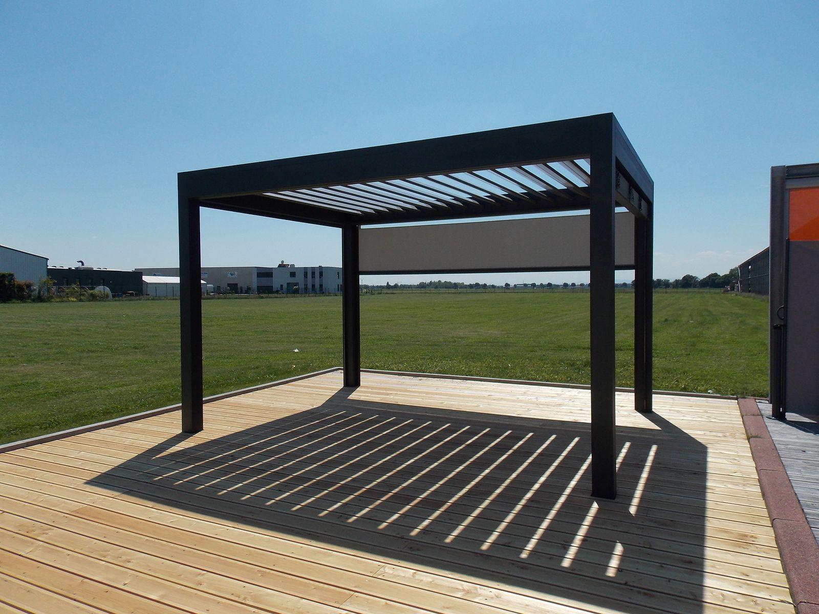 Structure en aluminium avec des lames orientables en aluminium, l ...
